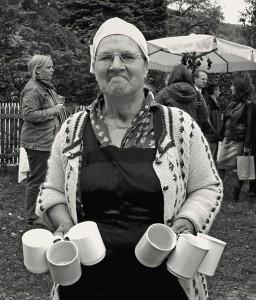 bauersfrau-auf-dem-altweibersommer-markt-327f30d3-7242-4685-92d0-f5d6662b4a15